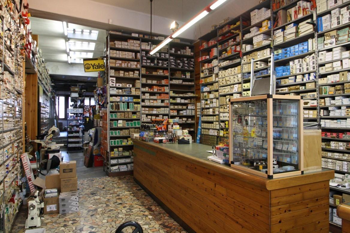 Foto del banco negozio e delle scaffalature